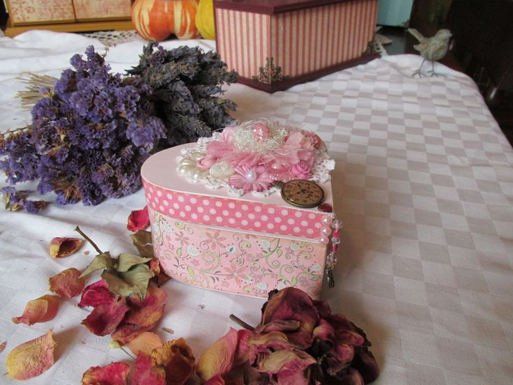 cajita decorada detalles de flores, perlas, doile crochet