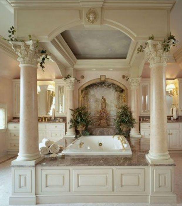 Comme un lit de princesse, cette baignoire est à baldaquins!