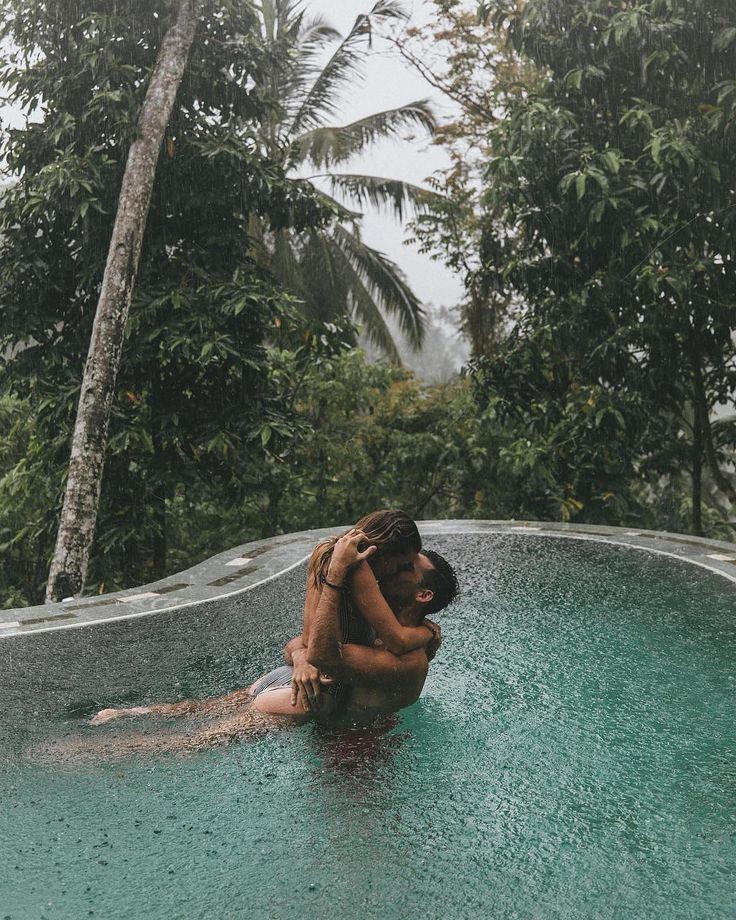 Have you ever kissed in the rain? Is there even any way to feel love more intensely? ?️Swipe through these amazing photos by Our Travel Passport | T…