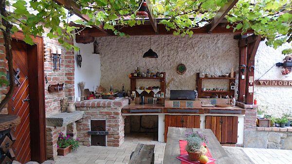 Příjemný dvorek zařízený ve vinařském stylu