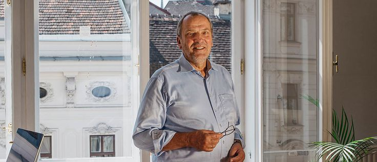 On our path to a knowledge society, understanding the world around us is ever more important. We spoke to four mentors who light the way. When asked what he does for a living, Lutz-Helmut Schön, 70, first tries to show ...