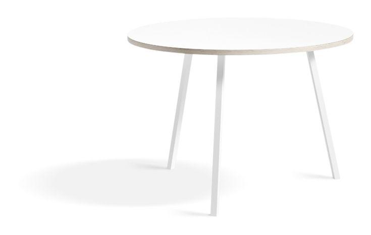 Loop Stand Round Table är ett vackert runt matbord från HAY som finns i två utförande, vit laminat och svart linoleum, samt i två olika storlekar. Bordet är formgivet av Leif Jørgensen, som även står för designen till övriga kollektionen Loop Stand som innefattar mat-, bar- och skrivbord och klädhängare.