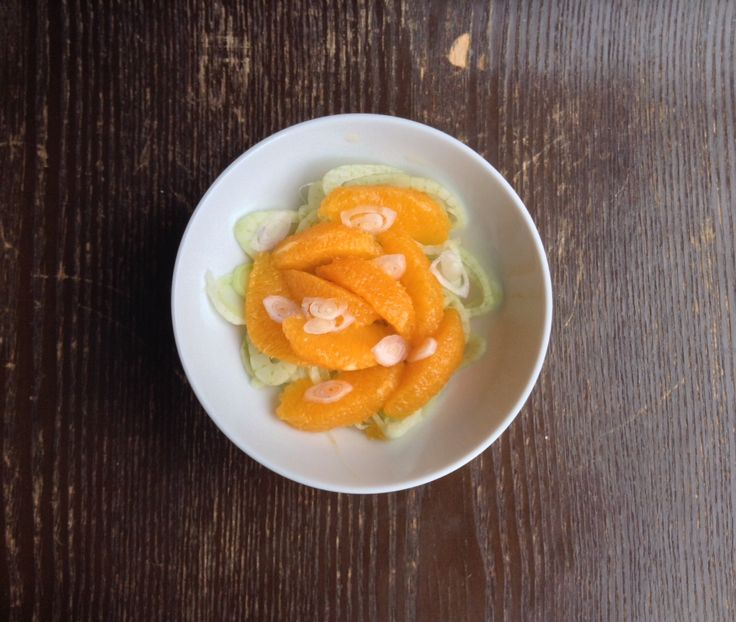Um clássico anglo-saxónico a que acrescentei endívias e sumo de limão. O funcho cru tem um sabor anisado e uma consistência crocante. #receitasaudável #salada #funcho #laranja #chalota #endívia #diabeticaeagora