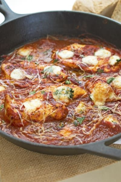 Cocina el pollo. Añade los tomates machacados y los condimentos. Esparce queso por encima y ponlo en el asador. Aquí está la receta.