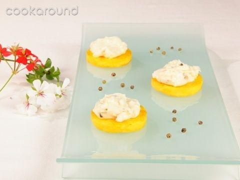 Dischetti di polenta croccanti con crema allo stracchino e pepe verde: Ricette di Cookaround | Cookaround