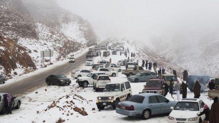 Крайне редкое природное явление для страны наблюдается на севере и в центральных районах государства. На Саудовскую Аравию обрушился снегопад.