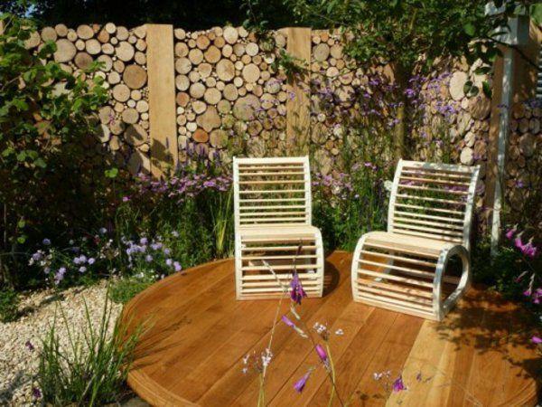 panneau occultant de jardin, idée déco superbe et deux chaises originales