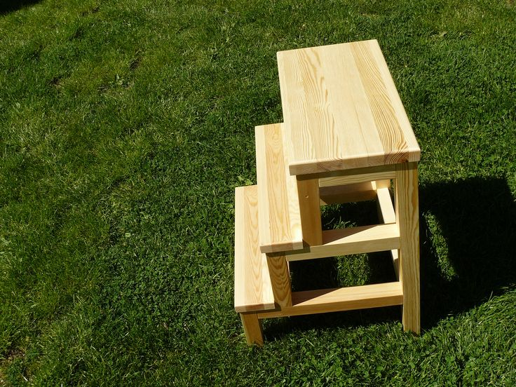 Tyto schůdky v různých variantách jsou vhodné především do bytu s vysokými stropy, kde běžná stolička pro věšení záclon nestačí a zároveň poslouží jako stolička např. při práci u kuchyňské linky.  Konstrukce je lepená, balení je tedy objemnější, zato stolička pevnější.