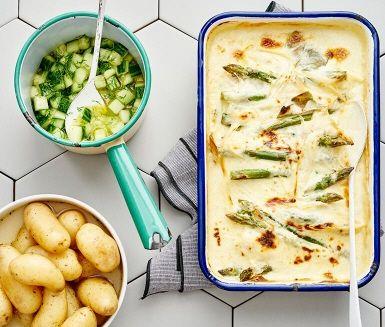 Citrongräs och limeblad hittar man sällan i en klassisk fiskgratäng, men i detta recept sätter de ny, spännande smak på en  lyxig vardagsrätt. Tillsammans med limemarinerad gurka och buljongkokt potatis vänder du upp och ner på alla smakreferenser, på ett ovanligt gott sätt!