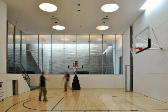 Indoor basketball court cascade house by peter gluck for Indoor basketball court design