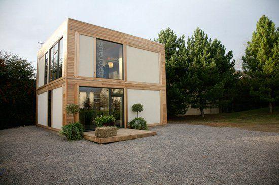"""Arquitetos e pesquisadores da Univerisity of Bath, da Inglaterra, construíram uma casa com pegada zero de carbono e material pouco utilizado em construções: a fibra da maconha e a palha. Eles descobriram que a combinação dos materiais garante paredes tão fortes, que são resistente a furacões. A BaleHaus foi projetada em parceria com o escritório...<br /><a class=""""more-link""""…"""