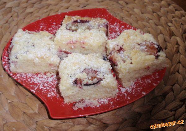 Hrnkový koláč s ovocem borůvky jahody švestky rebarbora hrušky strouhaná jablka meruňky třešně ...