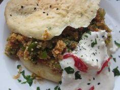 Pita-Tasche mit Bulgur-Lauch-Füllung und Joghurt-Soße