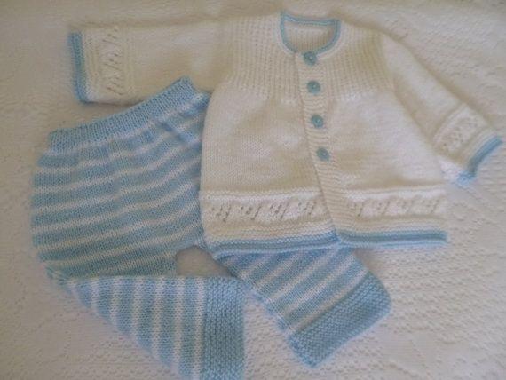 Tenue de bébé, prendre la maison bébé Set, cadeau de Shower de bébé, nouveau-né Ensemble, costume Coming Home, nouveau-né, cadeau de Noël.  Il est composé de quatre pieces.: 1 pull, 1 pantalon long, 1 Bonnet et 1 paire de chaussons. Tricoté par mes soins à la main. Le matériau est un très doux et antiallergique baby acrylique laine « Super Ajuar Bebe », le meilleur pour protéger la peau délicate de bébé. La couleur est bleu ciel et blanc.  PRÊT À ÊTRE EXPÉDIER  Pull -Longueur : 25 cm.-9,75…