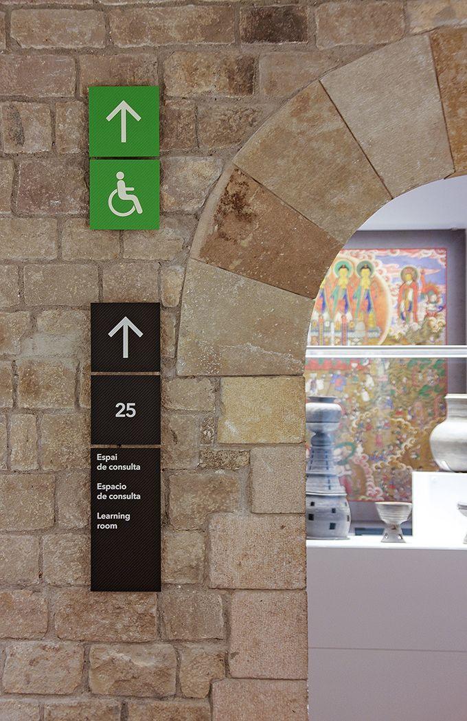 Projeto de sinalização do Museu das Culturas do Mundo de Barcelona (Espanha) criado pelo escritório catalão PFP, disseny gràfic.Partindo da identidade do museu foi criado um sistema austero e modul…