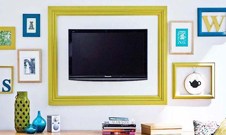 Rendre la télévision un véritable accessoire mural en la posant et encadrant tout comme les autres tableaux tout autour