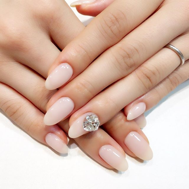 ウェディングネイルしてきました . デザインは色々迷ったあげく、 シンプルに淡いピンクカラー 左手の薬指に大きいストーン シンプルだけどかわいさもあって、 指がキレイに見えるこのカラー . かわいすぎてずっと手を見ちゃう さて今から友達のライブ見に行って家族でご飯〜✨ . #結婚 #結婚式 #ブライダル #ウェディング #プレ花嫁 #花嫁 #結婚式準備 #東海プレ花嫁 #ウェディングドレス #2016秋婚 #プレ花嫁 #ウェディングネイル #ジェルネイル #ネイル #ブライダルネイル