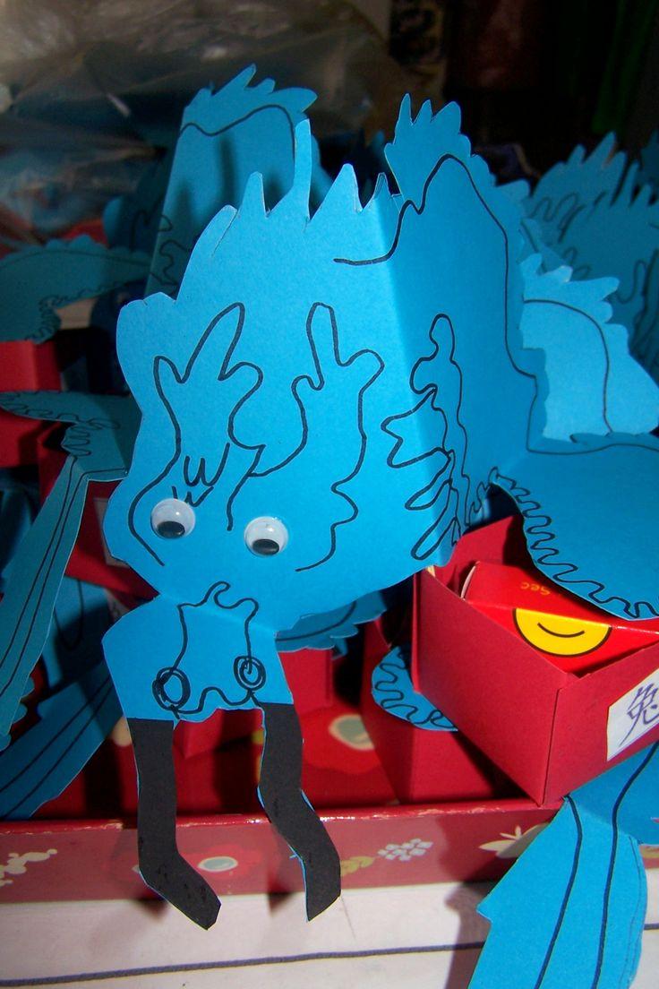 Blauwe draak met traktatiebakje voor iets lekkers en/of speeltje #trakterenmettraktatieworkshop.nl