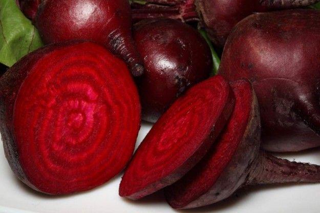 La barbabietola è una pianta della famiglia delle Chenopodiacee, coltivata per le radici: rosse per insalata, rosa o gialle per foraggio, bianche per
