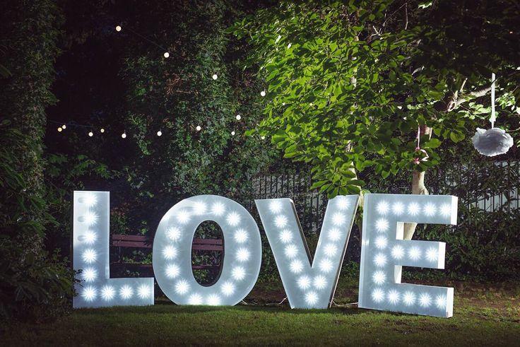 Obří nápis LOVE, velikost 1,2 metru do výšky.  Cena za pronájem 6000,- za 2 dny.