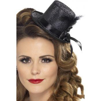 Zwarte mini hoge hoed met veer. Glitter zwart hoog hoedje met lint en een veertje. Doormiddel van elastiek blijft de hoed zitten op uw hoofd.