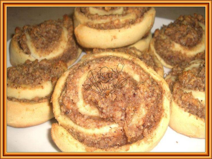 Ořechové slimáky      Těsto:  375g mouka hladká  80g cukr písek  80g máslo  1 vejce  droždí sušené/sáček/  125ml mléko  Nápln:  100g cukr pí...