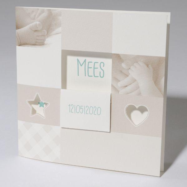 Klassiek vierkant geboortekaartje van off white karton met op de voorzijde een venster en voetjes en handjes in het beige. Prijs vanaf € 1,42