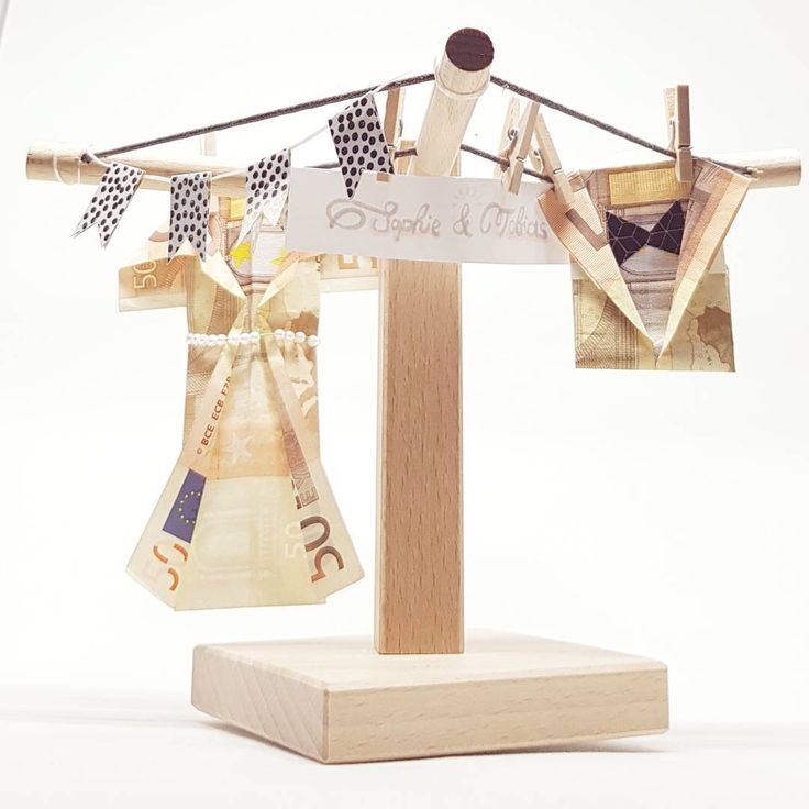 Als Hochzeitsgeschenk gefällt uns die Wäschespinne auch sehr gut! Man muss auch kein Origami-Profi sein, um die Geldscheine als Kleid und Hemd falten zu können. .