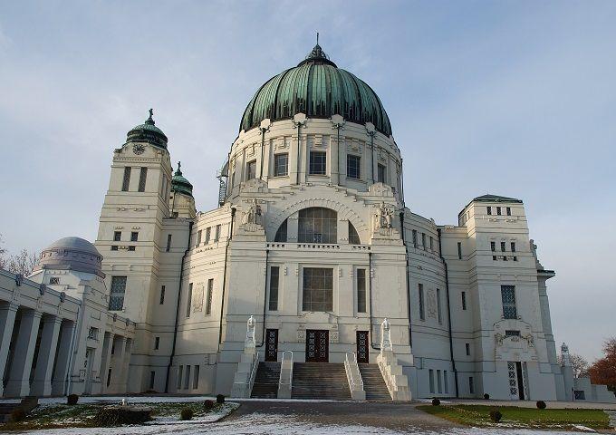 Cimitero Centrale diVIENNA, AUSTRIA. Ilcimitero centrale di Vienna(Zentralfriedhof, in tedesco) è ilsecondo più vasto cimitero in Europa, dopo quello di Amburgo, e il più grande della capitale austriaca. Con una superficie di2,5 chilometri quadrati, sono sepolti qui più di 3 milioni di persone, tra cui i resti di musicisti comeBeethoven, Schubert, Salieri, Brahms e Strauss. Troverete pure un monumento dedicato aMozart, anche se il suo corpo riposa altrove. Da non perdere lachiesa…