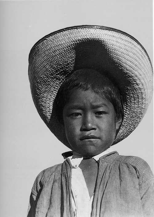 Muchacho con Sombrero Photo de Tina Modotti (1896-1942), photographe italienne, mais aussi actrice et militante revolutionnaire qui a vécu une grande partie de sa vie au Mexique.
