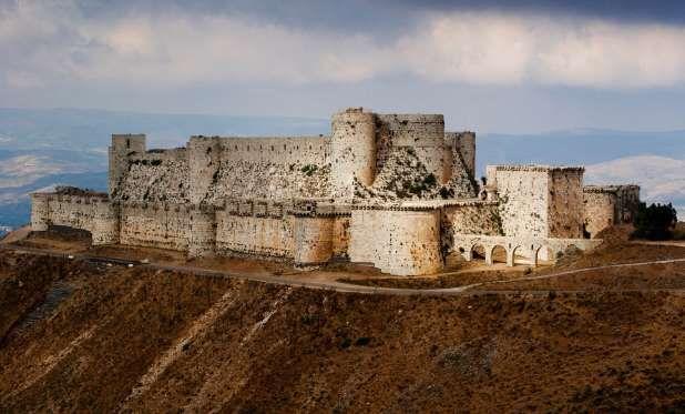 Crac des Chevaliers, Homs Governorate, Syria - Cottage 20/Dreamstime    KRAK DOS CAVALEIROS, HOMS, SÍRIA  Construído durante as cruzadas da década de 1140, o castelo foi invadido em 1271 depois de 36 dias seguidos de cerco de Mamluk, sultão de Baibars. Embora ainda pareça uma construção robusta da época das cruzadas, o que vemos hoje foi erguido depois que os mulçumanos tomaram o local