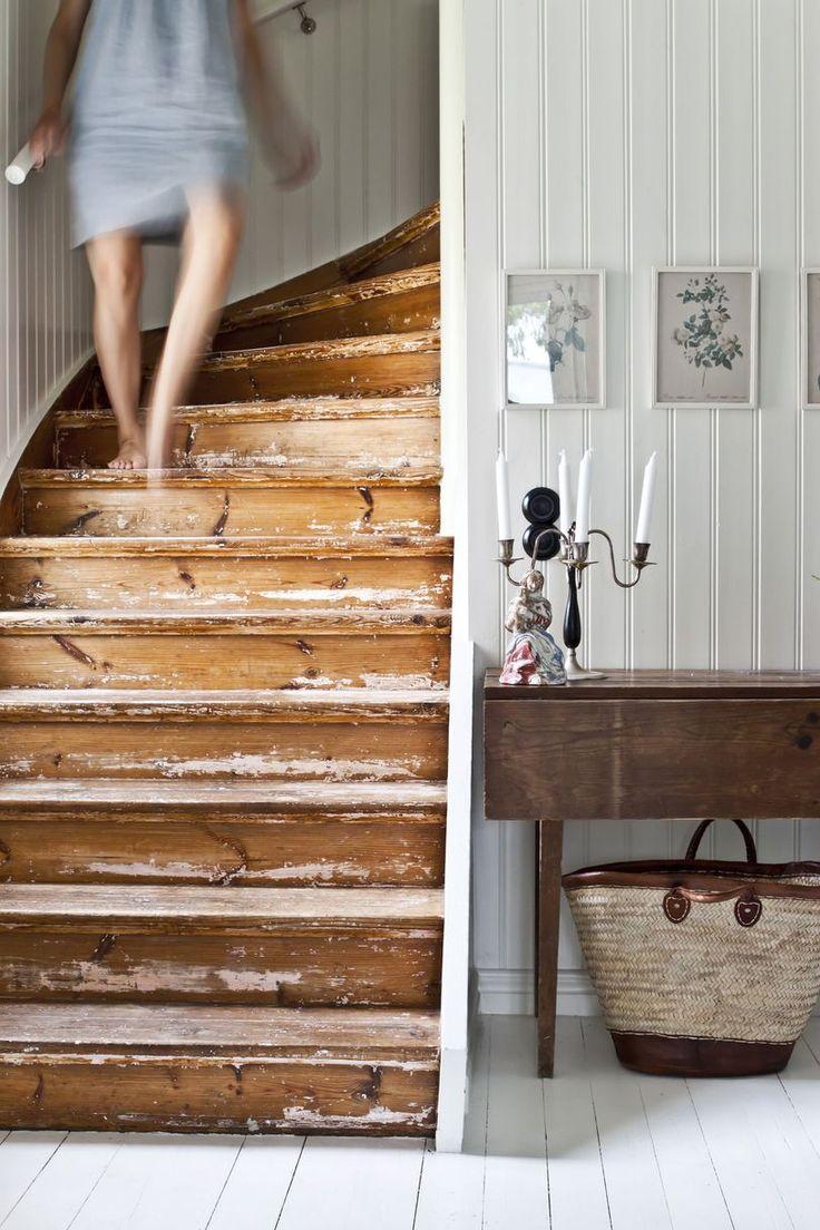 Trapp med historie. Idé! Puss malt eller beiset tre halvveis ned for et slitt og rustikt uttrykk. Da får du samtidig frem historien i huset og skaper følelsen av levd liv.