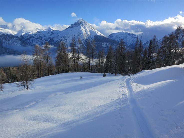 #Skitouren im #Unterengadin: Unterwegs auf den sonnigen Terrassen hoch über dem jungen #Inn. Hier ticken die Uhren noch ein wenig langsamer - dennoch vergeht die Zeit wie im Flug.