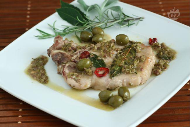 Con i nodini di maiale alle olive, otterrete una pietanza piuttosto economica , di facile realizzazione e molto saporita nonostante la sua semplicità.