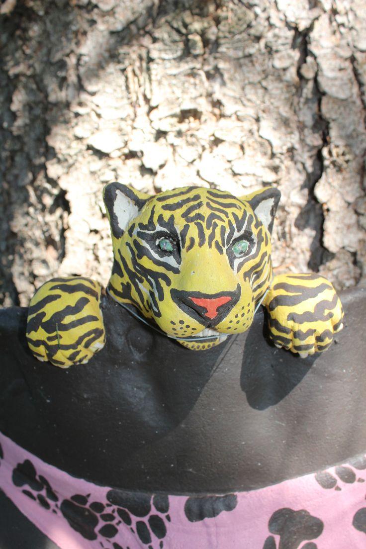 Tiikeri pöksyissä keramiikkateos, tehnyt Teemu Luoto/Taidepappila