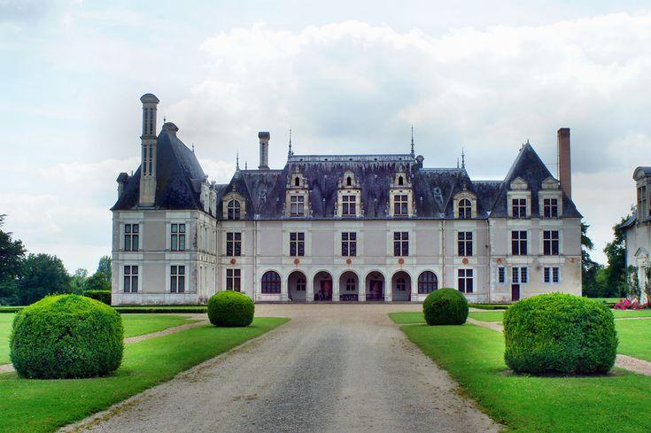 Zamek Portretów słynnący z galerii wizerunków osobistości znanych z historii Francji i Europy. Portrety wypełniają komnaty zamkowe i park wokół zamku.