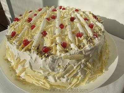 Tort alb cu blat de nuci si coacaze