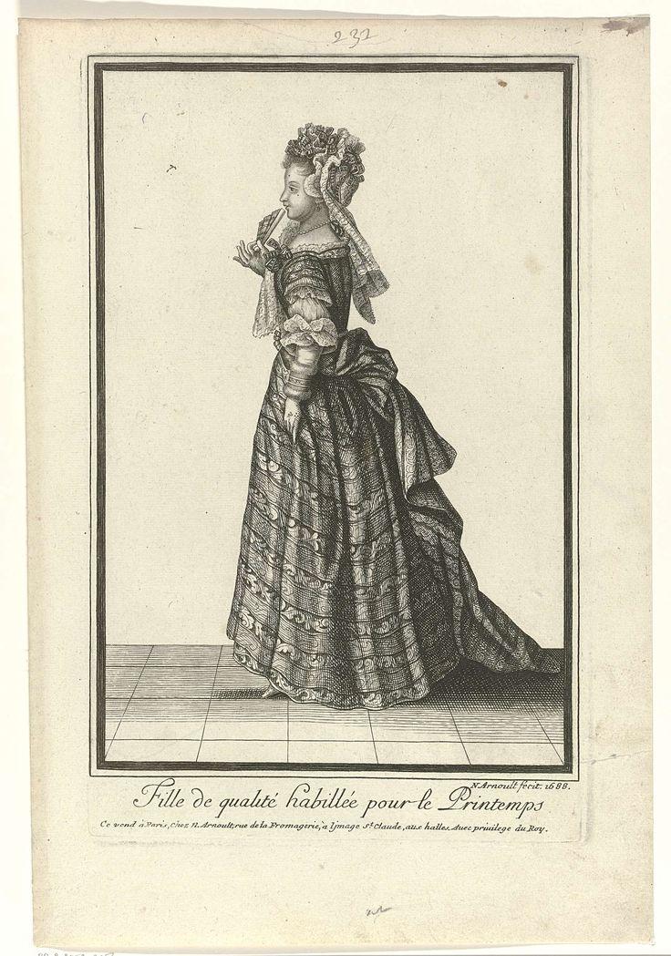 Nicolas Arnoult   Fille de qualité habillée pour le Printemps, Nicolas Arnoult, 1688   Vooraanstaande jonge vrouw, lopend naar links, gekleed in een kostuum voor de lente.  Zij draagt een manteau met sleep en een gestreepte rok met steekzakken. Op het hoofd een muts versierd met strikjes van gestreept lint en afhangende slippen. In het gezicht twee mouches. Accessoires: oorbel, kralencollier (parelcollier), waaier en handschoenen. De prent maakt deel uit van een reeks van 82 kostuumprenten…