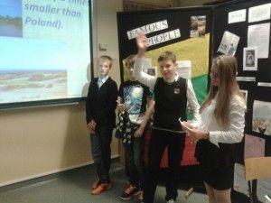 """30 maja w naszej szkole miało miejsce wielkie wydarzenie – Szkolny Festiwal 2.0. Przez ostatnie dwa miesiące, w pocie czoła aż sześć klas z naszej szkoły realizowało przeróżne projekty, czego efektem był Festiwal. Przypominamy, iż nasz projekt nosił tytuł """" Podróż na Litwę""""."""