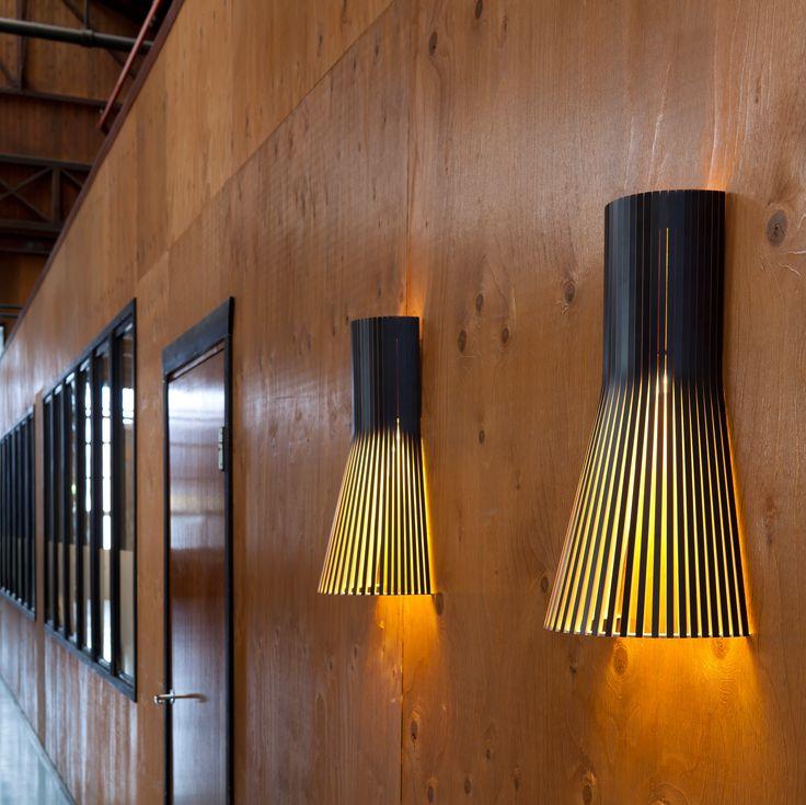 Créé par Seppo Koho, le designer à l'origine de la marque Secto design, le modèle 4231 est le plus petit modèle des lampes murales.   Réalisée à la main, cette applique murale propose un style épuré dans la plus pure tradition du design scandinave. Sa structure ajourée filtre la lumière de manière particulièrement douce et graphique. <BR>  Cette lampe scandinave au design simple est composée de lamelles de bois et contreplaqué de bouleau certifié PEFC, un matériau écologique. Elles sont…