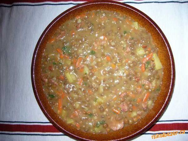 Čočková polévka:  250 g čočky, 2 klobásy, 250 g brambor, 250 g zeleniny - mrkev, petržel, celer, 1 cibule, sádlo, koření na čočku (oregano, majoránka), hladká mouka, petrželka na posypání