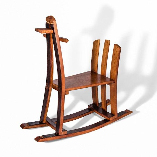 Encantador caballito de madera barnizado para los más pequeños y para los más nostalgicos del hogar. Su sencillez y aspecto nos evocan al pasado permitiendonos disfrutar de un juguete como los de antaño.