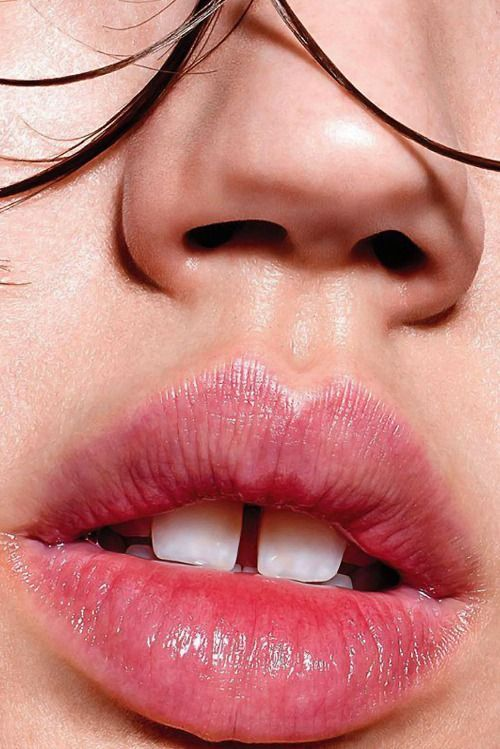 Lindsey Wixon lips, shiny skin, faded out lips, lip balm, wet hair
