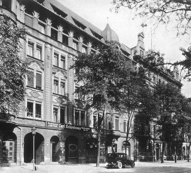 Obecna ulica Traugutta 102-104, siedziba Wytwórni Wódek i Wyrobów Spirytusowych Carl Schirdewan. Firma założona w 1707 roku, od 1817 w rękach rodziny Schirdewanów. Frontowy dom mieszkalny właściciela, wzniesiony po 1900 roku według projektu Paula