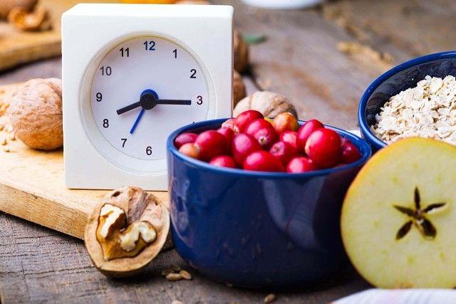 Поздний ужин: 15 продуктов, которые полезно есть на ночь   Многие популярные диеты запрещают прием пищи после 6 часов вечера. Ничего полезного в этом нет. Если вы ложитесь спать в 10 вечера, а поужинали в пять — вы просто не уснете. Далее собьется режим, дефицит сна отразится на самочувствии, а организм со стресса начнет активнее запасаться жирами. Да уж, хороша диета, ничего не скажешь…   Не нужно крайностей, просто не ешьте перед сном жирных и тяжелых блюд. И не только тогда, когда решаете…