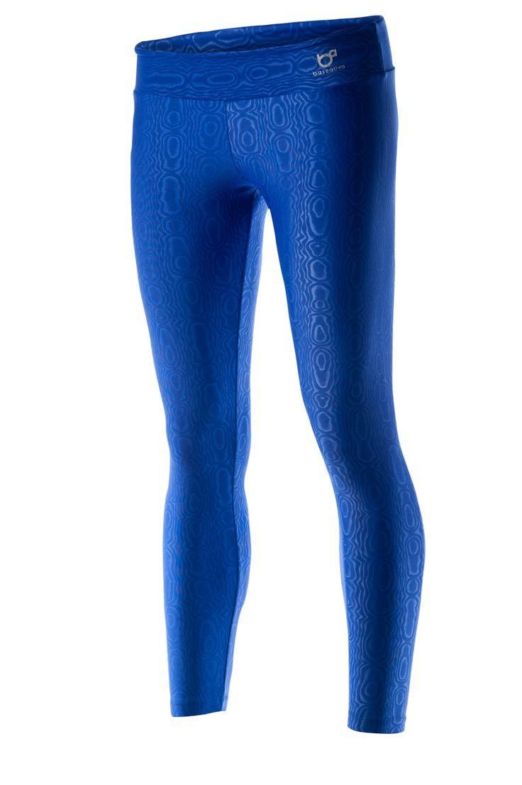 Wegens groot succes opnieuw opgenomen in de collectie: de blauwe legging Goufre. Zijn diepblauwe kleur en het subtiele patroon maken de legging bijzonder.