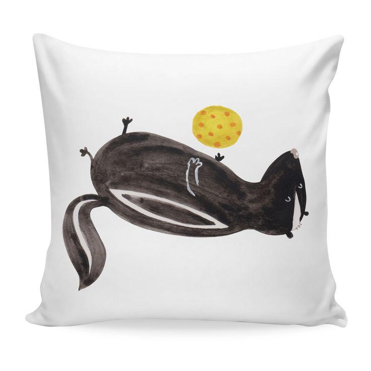 40x40 Kissen Stinktier Ball aus Soft-Feel Kissenbezug  Flauschig - Das Original von Mr. & Mrs. Panda.  Ein wunderschönes kuscheliges Kissen von Mr. & Mrs. Panda mit wunderbar weicher entnehmbarer Füllung  - liebevoll bedruckt, verpackt und verschickt aus unserer Manufaktur im Herzen Norddeutschlands. Das Kissen hat einen Reißverschluss zum Entnehmen der Füllung und die Größe von 40x40 cm.    Über unser Motiv Stinktier Ball   Diese Kollektion widmen wir Herrn Blume, dem treuen Wegbegleiter…