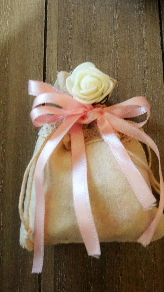 Sacchetto in lino con inserto in pizzo e decorazione rosellina : Bomboniere di ilrifugioincantatodielisa