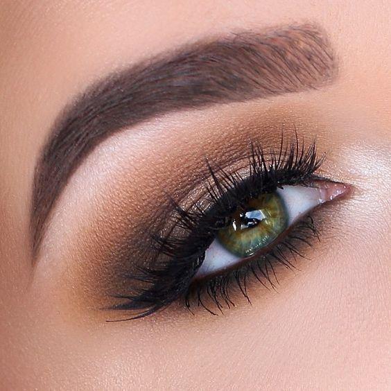 Toda mulher ama ver maquiagens lindas para se inspirar, certo? Eu tentei selecionar fotos de vários tipos, mas as de olho esfumado predominam.
