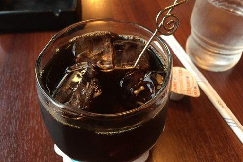 Вряд ли стоит отказываться от айс кофе в жаркие дни.  Да просто приготовьте легкий вариант.  1. Простой рецепт айс кофе для френч пресс  2. Айс кофе для фильтра  3. Айс кофе с молоком  4. Айс кофе Frappé (1 чашка)  5. Шоколадный айс кофе со льдом Mocha  6. Caffè Latte  7. Caffè Misto  8. Кофе Iced Black Eye (черный глаз)  9. Айс кофе с кефиром